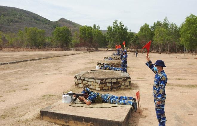 Hải đoàn 129 tổ chức Kiểm tra bắn đạn thật súng K54 và tiểu liên AK - Ảnh 2.