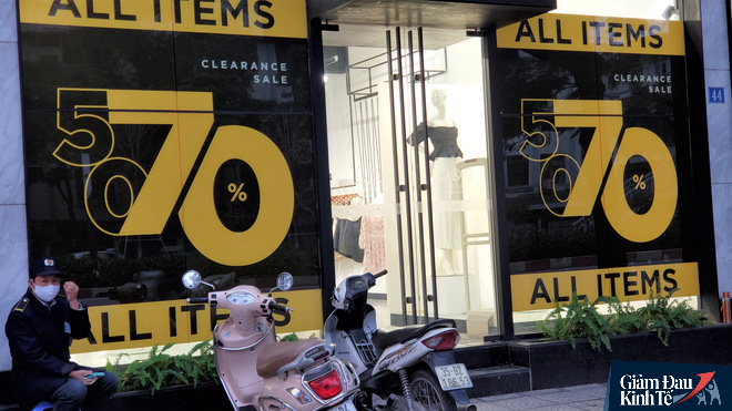 Phố thời trang Hà Nội rợp biển giảm giá sốc 80%, hàng công nghệ rậm rịch hạ nhiệt - Ảnh 2.
