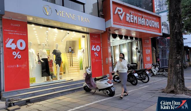 Phố thời trang Hà Nội rợp biển giảm giá sốc 80%, hàng công nghệ rậm rịch hạ nhiệt - Ảnh 7.