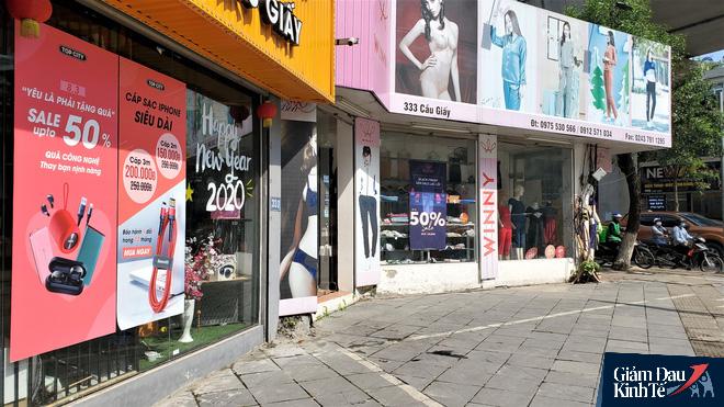 Phố thời trang Hà Nội rợp biển giảm giá sốc 80%, hàng công nghệ rậm rịch hạ nhiệt - Ảnh 10.