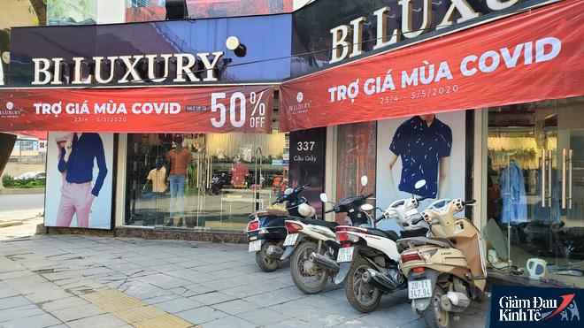 Phố thời trang Hà Nội rợp biển giảm giá sốc 80%, hàng công nghệ rậm rịch hạ nhiệt - Ảnh 3.