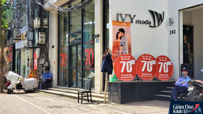 Phố thời trang Hà Nội rợp biển giảm giá sốc 80%, hàng công nghệ rậm rịch hạ nhiệt - Ảnh 1.