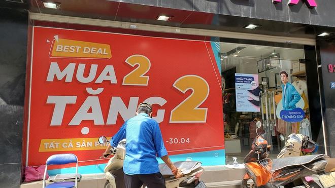 Phố thời trang Hà Nội rợp biển giảm giá sốc 80%, hàng công nghệ rậm rịch hạ nhiệt - Ảnh 4.
