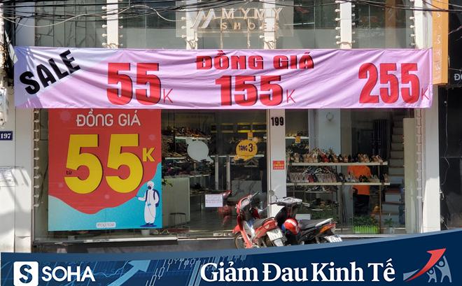 """Phố thời trang Hà Nội rợp biển giảm giá """"sốc"""" 80%, hàng công nghệ rậm rịch """"hạ nhiệt"""""""