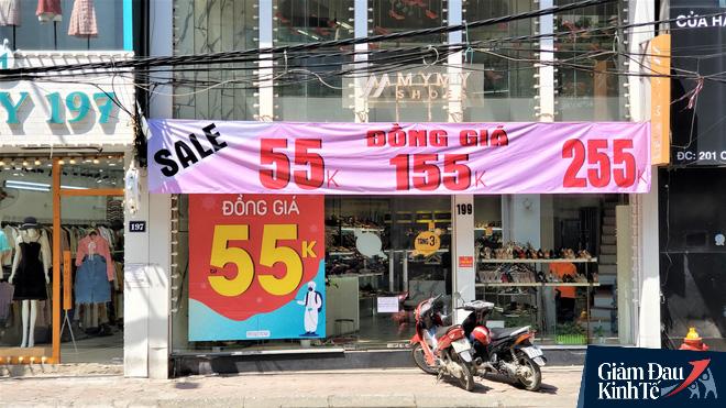Phố thời trang Hà Nội rợp biển giảm giá sốc 80%, hàng công nghệ rậm rịch hạ nhiệt - Ảnh 5.