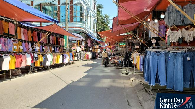 Phố thời trang Hà Nội rợp biển giảm giá sốc 80%, hàng công nghệ rậm rịch hạ nhiệt - Ảnh 9.