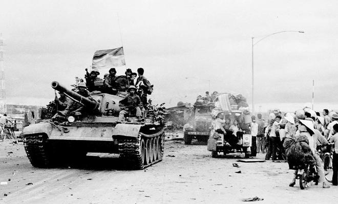 Đại tá Nguyễn Khắc Nguyệt: Giải mật lời đồn lính xe tăng Bắc Việt bị xích vào xe - Ảnh 2.