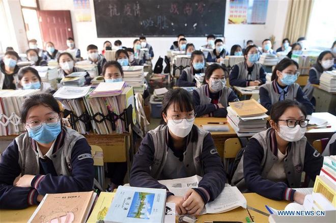COVID-19: 1.500 học sinh ở TQ bị sốt sau khi đi học lại; Tổng giám đốc WHO nói các nước tự chịu trách nhiệm - Ảnh 1.