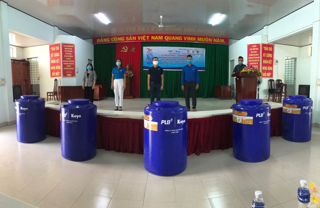 Tặng 50 bồn chứa nước cho người nghèo ở Bến Tre, Tiền Giang - Ảnh 1.