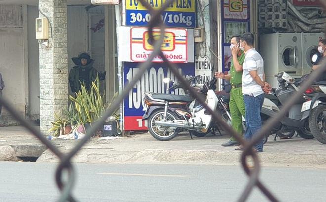 Cảnh sát phong tỏa một đoạn đường ở TP.HCM sau tin báo về một chiếc vali