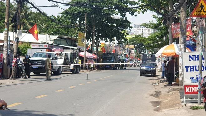 Cảnh sát phong tỏa một đoạn đường ở TP.HCM sau tin báo về một chiếc vali  - Ảnh 1.