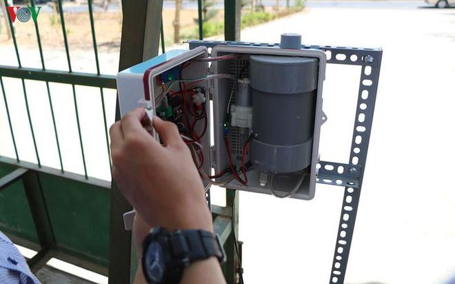 Học sinh sáng chế máy sát khuẩn tự động có giọng nói - Ảnh 1.