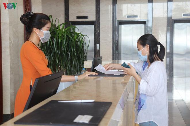 Tin mới dịch Covid-19 ngày 29/4: Giảm giá 60%, nhiều khách sạn ở Đà Nẵng vẫn vắng khách; Vũng Tàu chưa mở cửa bãi tắm, khách sạn đã kín phòng - Ảnh 2.