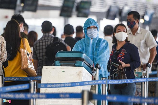 Dịch Covid-19 ngày 29/4: Bệnh nhân ở Hà Tĩnh diễn biến phức tạp, dương tính lại nhiều lần; Sân bay Tân Sơn Nhất đông đúc trước dịp lễ 30/4 - Ảnh 1.