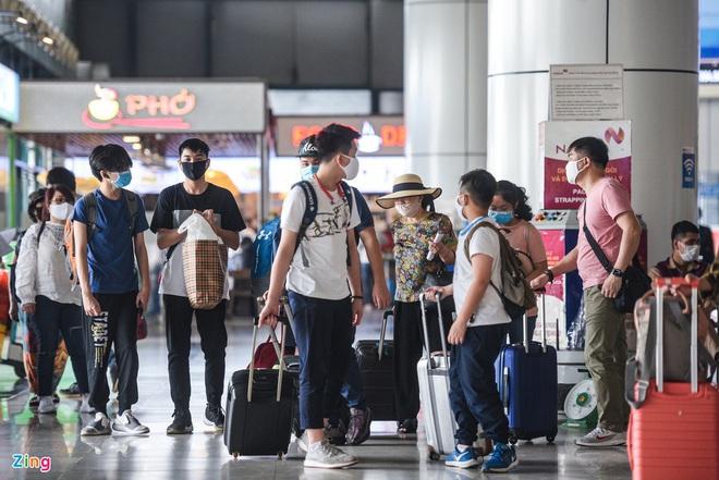 Dịch Covid-19 ngày 29/4: Bệnh nhân ở Hà Tĩnh diễn biến phức tạp, dương tính lại nhiều lần; Sân bay Tân Sơn Nhất đông đúc trước dịp lễ 30/4 - Ảnh 4.