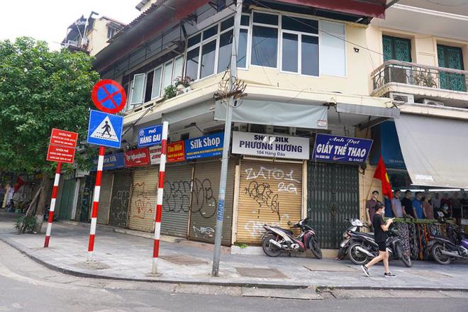 Một tuần sau khi hết cách ly, cả dãy phố ở Hà Nội vẫn không buồn mở cửa - Ảnh 1.