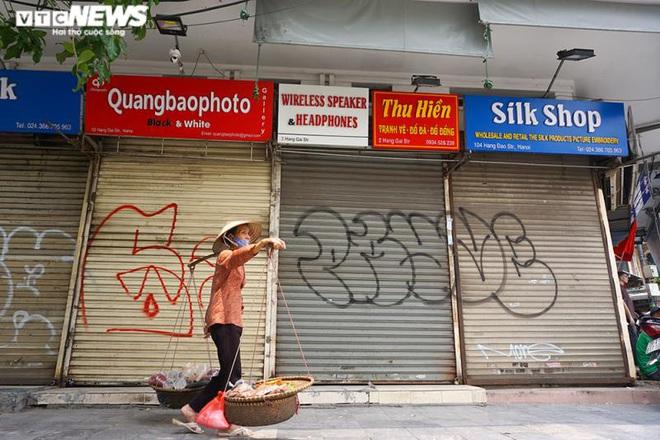 Một tuần sau khi hết cách ly, cả dãy phố ở Hà Nội vẫn không buồn mở cửa - Ảnh 2.