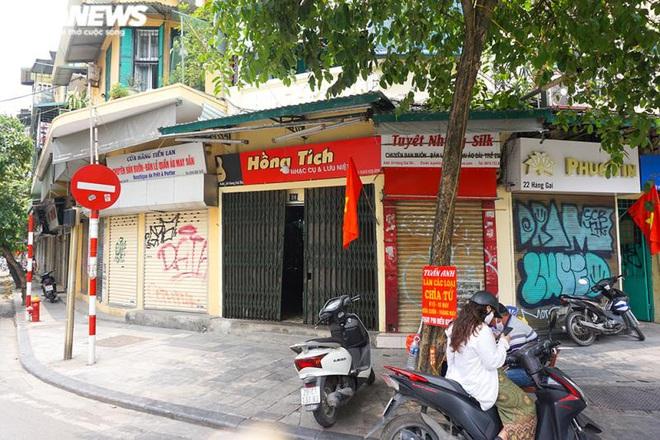 Một tuần sau khi hết cách ly, cả dãy phố ở Hà Nội vẫn không buồn mở cửa - Ảnh 3.