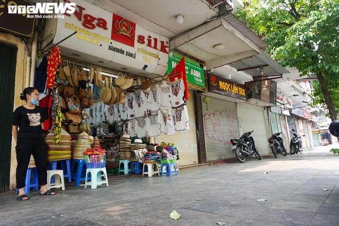 Một tuần sau khi hết cách ly, cả dãy phố ở Hà Nội vẫn không buồn mở cửa - Ảnh 4.