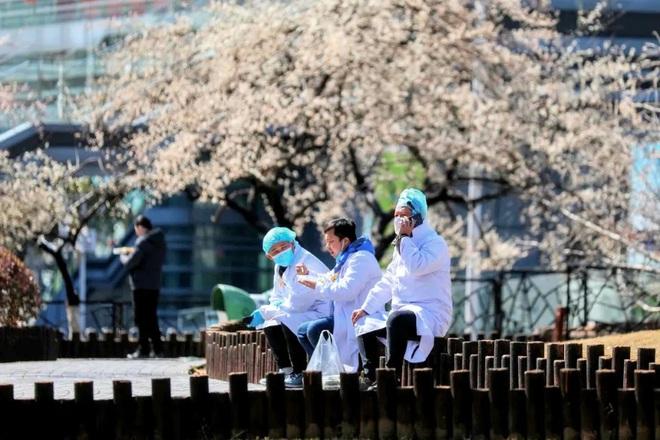 Tang thương, chết chóc đeo bám sau đại dịch và công cuộc tìm thuốc chữa tâm bệnh cho người dân Vũ Hán - Ảnh 11.