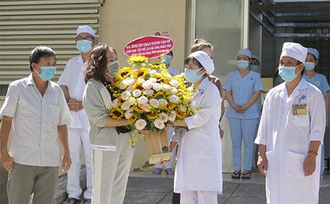 """Bệnh nhân 34 """"siêu lây nhiễm"""" ở Bình Thuận cảm ơn y, bác sĩ sau khi được công bố khỏi bệnh"""