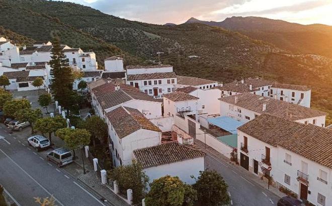 Kỳ lạ thị trấn bên trong ổ dịch Tây Ban Nha không có ca mắc Covid-19 nào