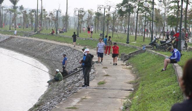 Đang cách ly xã hội, người dân TP Vinh vẫn tập trung đông ở hồ điều hòa dạo chơi, tập thể dục - Ảnh 18.