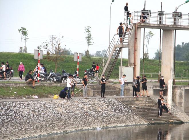 Đang cách ly xã hội, người dân TP Vinh vẫn tập trung đông ở hồ điều hòa dạo chơi, tập thể dục - Ảnh 17.