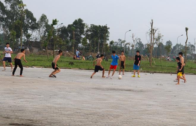 Đang cách ly xã hội, người dân TP Vinh vẫn tập trung đông ở hồ điều hòa dạo chơi, tập thể dục - Ảnh 19.