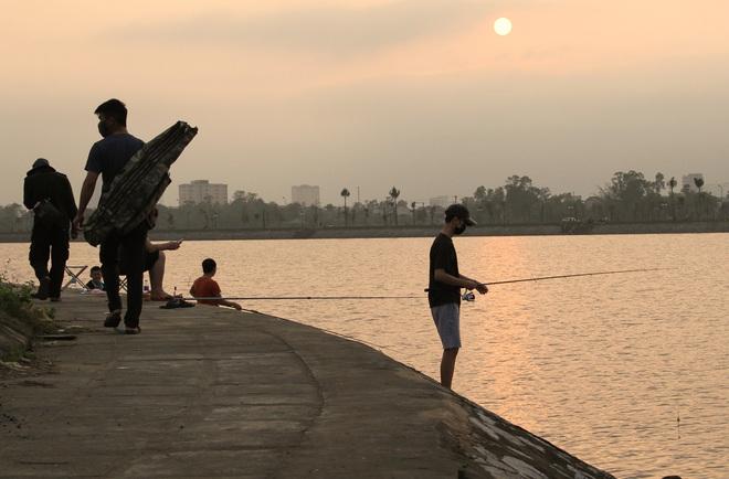 Đang cách ly xã hội, người dân TP Vinh vẫn tập trung đông ở hồ điều hòa dạo chơi, tập thể dục - Ảnh 22.