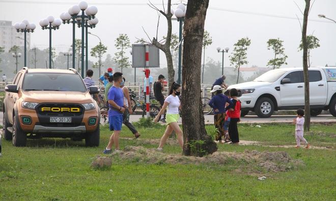 Đang cách ly xã hội, người dân TP Vinh vẫn tập trung đông ở hồ điều hòa dạo chơi, tập thể dục - Ảnh 13.