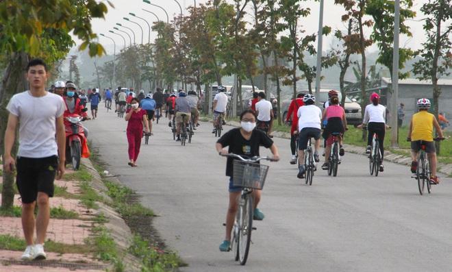 Đang cách ly xã hội, người dân TP Vinh vẫn tập trung đông ở hồ điều hòa dạo chơi, tập thể dục - Ảnh 9.