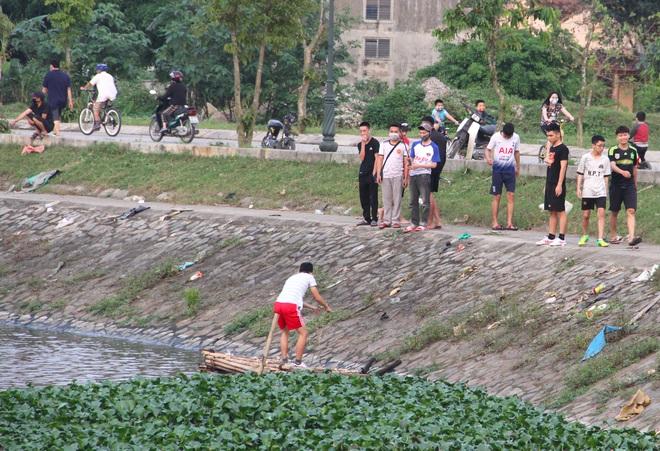 Đang cách ly xã hội, người dân TP Vinh vẫn tập trung đông ở hồ điều hòa dạo chơi, tập thể dục - Ảnh 14.