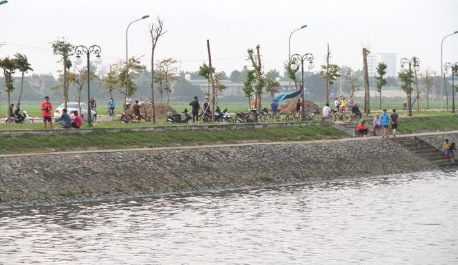 Đang cách ly xã hội, người dân TP Vinh vẫn tập trung đông ở hồ điều hòa dạo chơi, tập thể dục - Ảnh 20.