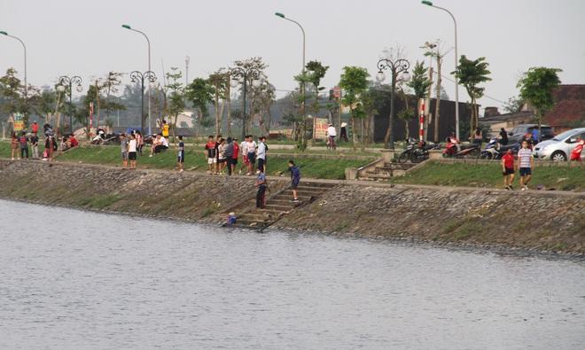 Đang cách ly xã hội, người dân TP Vinh vẫn tập trung đông ở hồ điều hòa dạo chơi, tập thể dục - Ảnh 15.
