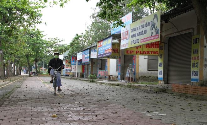 Đang cách ly xã hội, người dân TP Vinh vẫn tập trung đông ở hồ điều hòa dạo chơi, tập thể dục - Ảnh 5.