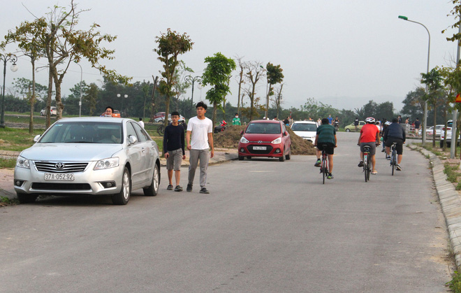 Đang cách ly xã hội, người dân TP Vinh vẫn tập trung đông ở hồ điều hòa dạo chơi, tập thể dục - Ảnh 12.