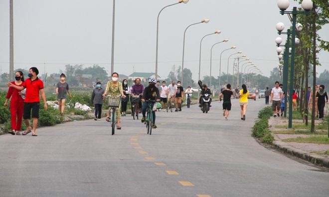 Đang cách ly xã hội, người dân TP Vinh vẫn tập trung đông ở hồ điều hòa dạo chơi, tập thể dục - Ảnh 8.