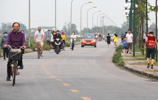Đang cách ly xã hội, người dân TP Vinh vẫn tập trung đông ở hồ điều hòa dạo chơi, tập thể dục - Ảnh 10.
