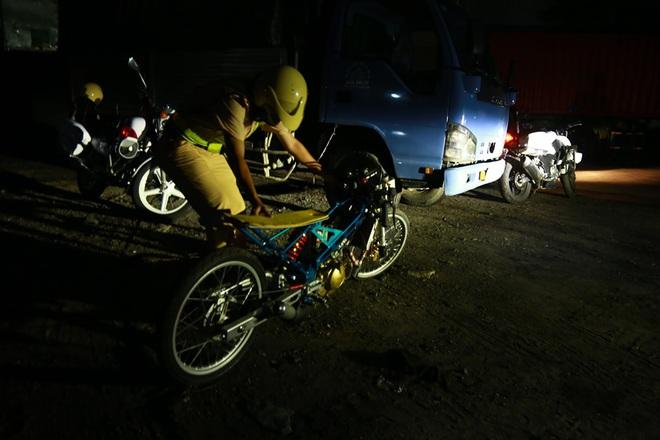 Cảnh sát nổ súng trấn áp hàng trăm quái xế đua xe trên quốc lộ 51 vào rạng sáng 30/4 - Ảnh 3.