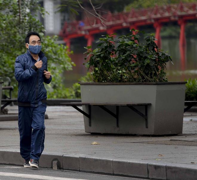 Người dân vẫn tập thể dục quanh hồ Hoàn Kiếm sau yêu cầu xử phạt của Chủ tịch UBND TP Hà Nội - Ảnh 3.