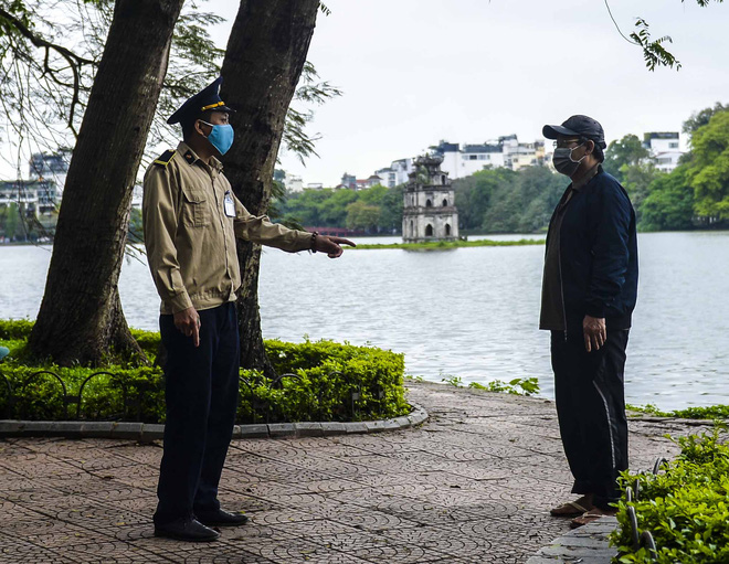 Người dân vẫn tập thể dục quanh hồ Hoàn Kiếm sau yêu cầu xử phạt của Chủ tịch UBND TP Hà Nội - Ảnh 9.