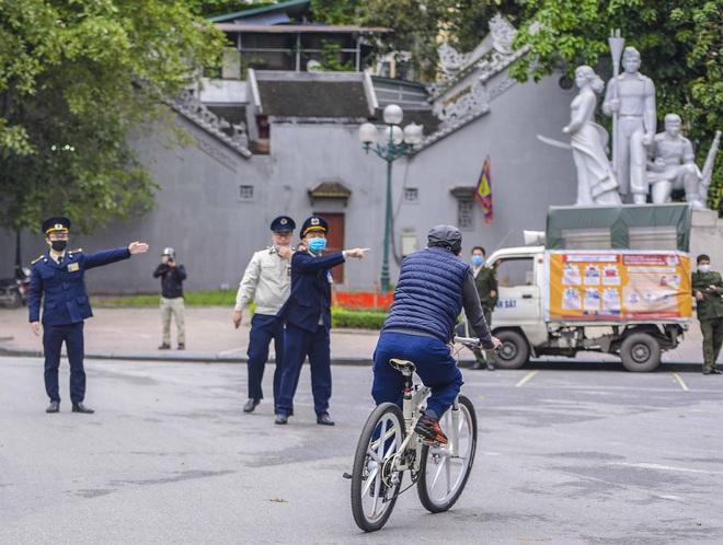 Người dân vẫn tập thể dục quanh hồ Hoàn Kiếm sau yêu cầu xử phạt của Chủ tịch UBND TP Hà Nội - Ảnh 12.