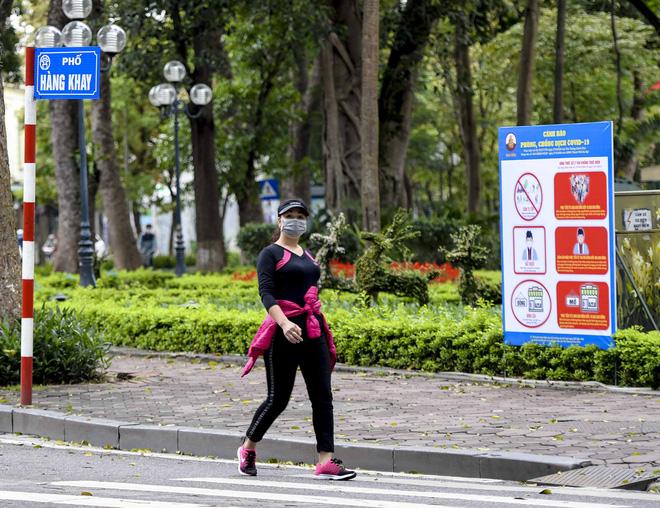 Người dân vẫn tập thể dục quanh hồ Hoàn Kiếm sau yêu cầu xử phạt của Chủ tịch UBND TP Hà Nội - Ảnh 2.