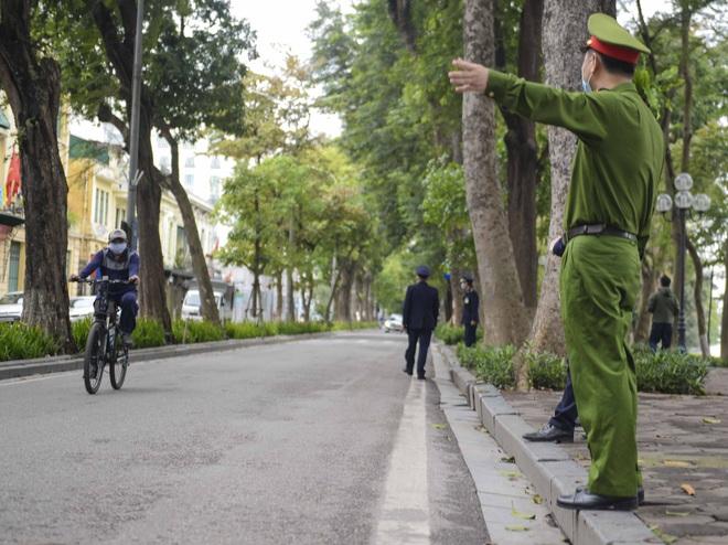 Người dân vẫn tập thể dục quanh hồ Hoàn Kiếm sau yêu cầu xử phạt của Chủ tịch UBND TP Hà Nội - Ảnh 8.