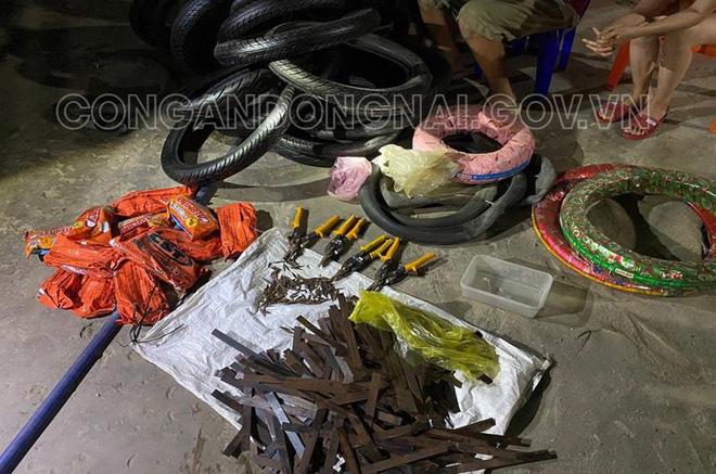 Bắt quả tang thanh niên rải đinh trên Quốc lộ rồi chặt chém giá ruột, lốp xe máy ở Đồng Nai - Ảnh 1.