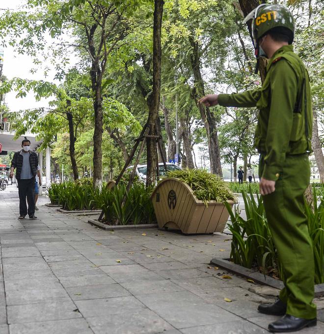 Người dân vẫn tập thể dục quanh hồ Hoàn Kiếm sau yêu cầu xử phạt của Chủ tịch UBND TP Hà Nội - Ảnh 13.