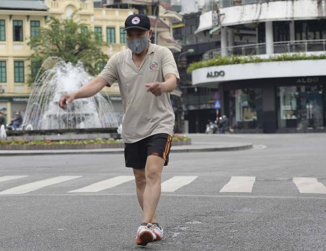 Người dân vẫn tập thể dục quanh hồ Hoàn Kiếm sau yêu cầu xử phạt của Chủ tịch UBND TP Hà Nội - Ảnh 16.
