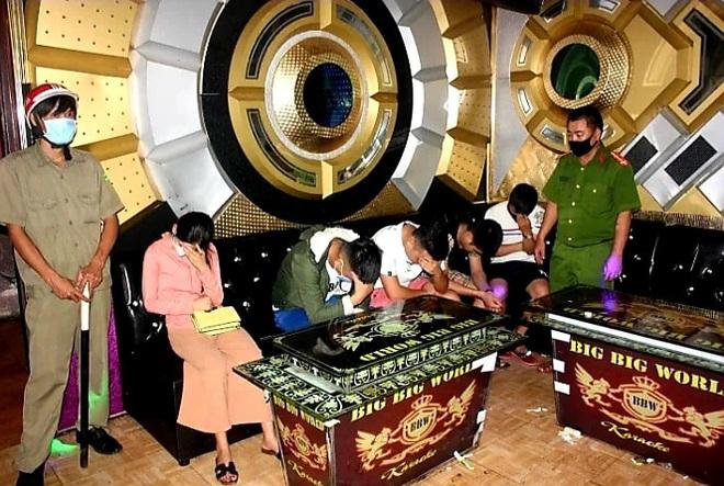 Thu hồi giấy phép karaoke Big Big World, thêm quán karaoke hoạt động bất chấp Covid-19 - Ảnh 1.