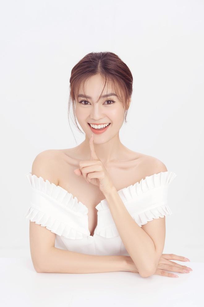 Ninh Dương Lan Ngọc khoe vai trần quyến rũ mừng tuổi mới - Ảnh 4.